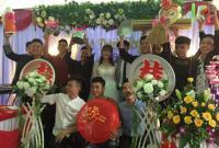 Cười ngất với quà tặng đám cưới từ hội bạn thân: mâm, chậu, lồng bàn... đều đủ cả