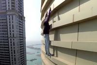 Hãi hùng anh chàng tay không leo trèo ở tòa nhà chọc trời 77 tầng