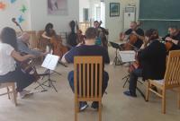 Theo chân các nghệ sĩ quốc tế tập luyện chuẩn bị cho đêm diễn 19/12 tại Nhà Hát Lớn