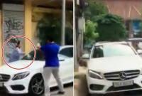Bị thách thức, người phụ nữ đập nát xe Mercedes đỗ trước cửa nhà tại TP.Hồ Chí Minh
