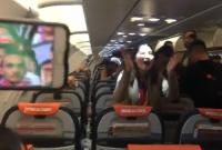 Máy bay hạ cánh, tất cả hành khách không ai xuống chỉ vì... cổ vũ tuyển Việt Nam