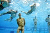 Đặc nhiệm Hải quân Mỹ trổ tài thoát hiểm khi bị trói tay chân ném xuống nước