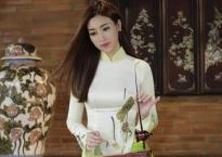 Hoa hậu Mỹ Linh diện áo dài duyên dáng trổ tài chơi đàn bầu