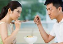 3 năm làm vợ, cứ ăn cơm có món nào ngon chồng cũng chén sạch, không phần vợ 1 miếng