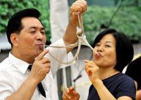 Sau khi ăn bạch tuộc sống vài ngày, người phụ nữ phát hiện cả đám bạch tuộc con bám trong khoang miệng