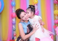 Ca sĩ Maya tổ chức sinh nhật ngập tràn kẹo ngọt màu hồng cho con gái