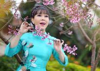 Nghệ sĩ Việt Hương khoe sắc bên hoa