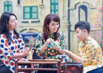 Diễn viên Mai Thu Huyền diện áo dài xinh đẹp bên các con