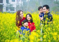 Gia đình MC Phan Anh diện áo dài chụp ảnh giữa vườn hoa