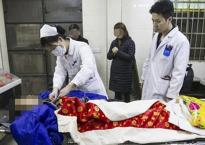 Đang chuẩn bị tang lễ, nhân viên nhà xác hoảng hồn vì xác chết sống dậy