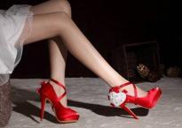 Sự thật chấn động phía sau đôi giày đỏ bí ẩn mà vợ tôi chỉ đi duy nhất một lần mỗi năm