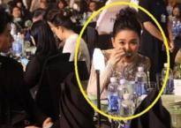 Không phải làm 'màu', Hari Won cặm cụi ăn tại một sự kiện mặc 2 Á hậu đang lo tạo dáng