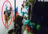 'Đứng tim' cảnh hai thanh niên bắt cóc hụt em bé trên tay bà trước cửa nhà