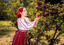Lý Nhã Kỳ xinh đẹp trong trang phục truyền thống của Romania