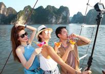 Hồ Ngọc Hà cùng Cindy Bishop và Lý Quí Khánh trải nghiệm khám phá Động Thiên Cung