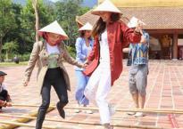 Hồ Ngọc Hà cùng bố mẹ leo núi 3 tiếng đồng hồ để viếng chùa Yên Tử, cầu bình an
