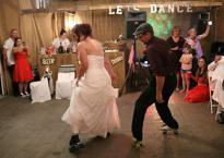 Cô dâu khiến toàn bộ khách mời bất ngờ với điệu nhảy đặc biệt trong tiệc cưới