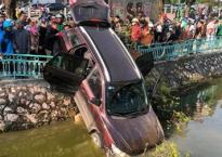 Hãi hùng ô tô lao qua dải phân cách, 'cắm đầu' xuống hồ Trúc Bạch, Hà Nội