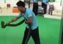 Người đàn ông 'chết đi sống lại' sau pha biểu diễn với rắn chúa