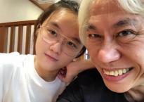 Tưởng tình lệch tuổi 62 - 23 đã tàn, cặp đôi 'ông cháu' ồn ào một thời lại tung ảnh kỉ niệm 6 năm yêu nhau hạnh phúc