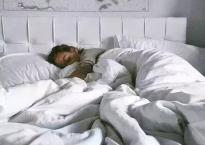 Đừng đặt những thứ này trên đầu giường nếu không muốn mất ngủ, tổn thương não, tăng tốc độ lão hóa