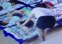 Giáo viên mầm non dùng kẹp giấy đâm hàng loạt trẻ để bắt các bé ngủ trưa