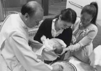Nửa tháng sau sinh, Thân Thúy Hà đến Nhà thờ làm lễ rửa tội cho con thứ 2