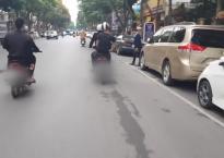 Nhóm thanh niên đi xe máy lạng lách, phát tờ rơi như xả rác giữa trung tâm Hà Nội gây bức xúc