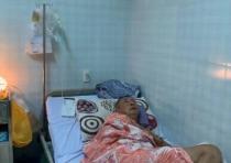 Trên giường bệnh, nghệ sĩ Lê Bình gầy guộc, yếu, ho nhiều và nói chuyện khó khăn