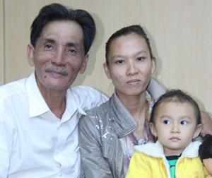 Thương Tín lần đầu khoe vợ trẻ và con gái 2 tuổi