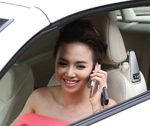 Đinh Ngọc Diệp lái siêu xe đi làm sau lễ đính hôn