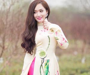 'Tình cũ' Khánh Phương bất ngờ e ấp với áo dài sau phát ngôn gây sốc