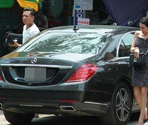 Vợ chồng Tuấn Hưng xuất hiện với xế hộp 4 tỷ vừa 'tậu' giữa Sài Gòn