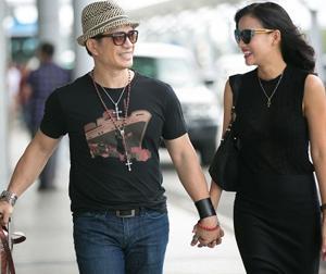 Vợ chồng Bebe Phạm - Dustin Nguyễn tay trong tay thắm thiết tại sân bay