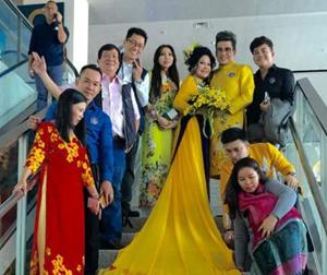 MC Thanh Bạch và bà Thúy Nga gây chú ý vì làm 'lố' ở sân bay