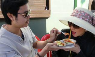 Clip: Vũ Hoàng Việt tình tứ bón đồ ăn cho người tình U60