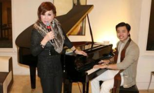 Vũ Hoàng Việt và người tình trổ tài đàn hát lãng mạn