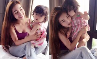 Cadie xinh như thiên thần đáng yêu trong lòng mẹ Elly Trần