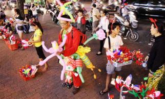 Đồ chơi Noel lấp lánh sắc màu khắp hè phố Sài Gòn