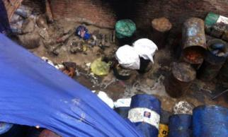 Xưởng chế mỡ bẩn trong căn nhà hoang giữa Hà Nội