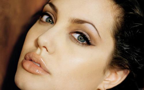 """2. Angelina Jolie: Ngoài đôi môi cong gợi cảm, bà Smith còn sở hữu một đôi  mắt có ánh nhìn rất """"dữ dội"""", có khả năng thiêu cháy những trái tim sắt đá."""