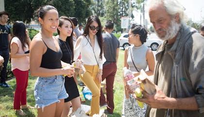 Hành động đẹp của các thí sinh HH - Nam vương người Việt Thế gây chú ý tại Santa Ana City Hall