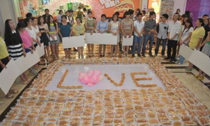 Xếp 1001 chiếc xúc xích hình chữ Love cầu hôn bạn gái