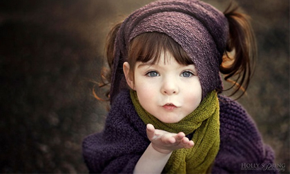Cô bé khuyết bàn tay trái xinh như thiên thần dưới ống kính của mẹ