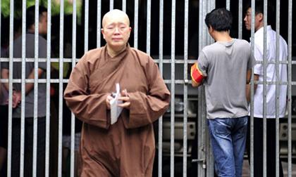 Sư Đàm Lan rơi lệ phút tiễn biệt ở chùa Bồ Đề