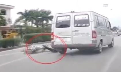 Nam thanh niên suýt bị xe khách nghiền nát vì vượt đèn đỏ