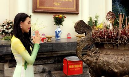 Tân Hoa hậu Huỳnh Thuý Anh cùng Bầu Hoà thăm viếng ngã ba Đồng Lộc