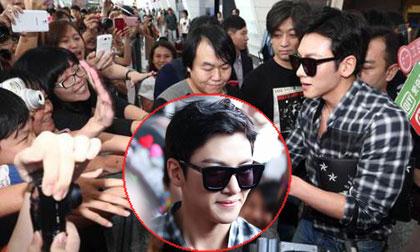 'Hoàng đế' Ji Chang Wook bị 'kẹt cứng' giữa rừng fans