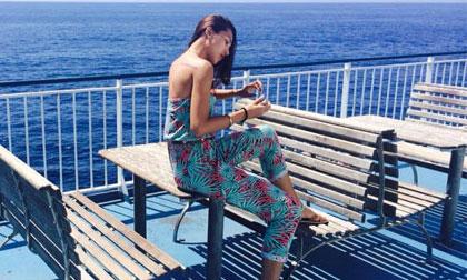 Ngắm Minh Triệu đẹp giản dị trên biển Địa Trung Hải