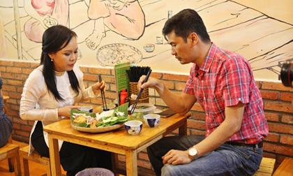 Bắt gặp 'vợ' Hoài Linh đi ăn với 'trai lạ' trước khi về Mỹ